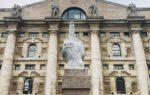 L.O.V.E.: l'opera d'arte di Maurizio Cattelan che ha fatto molto discutere i milanesi